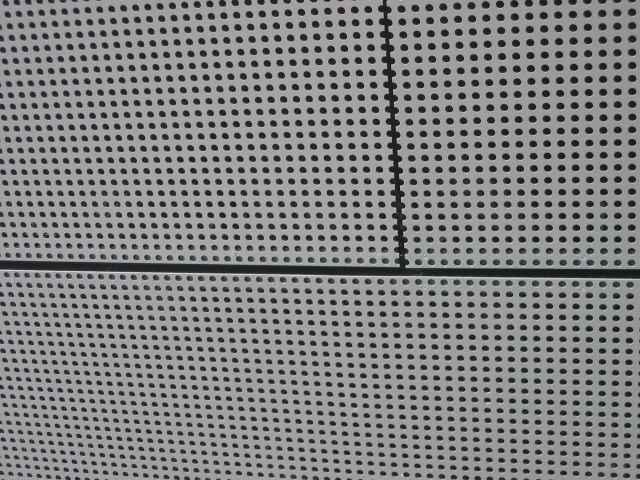 Detail fasády z hliníkového děrovaného vrtaného plechu - perfolinea.cz